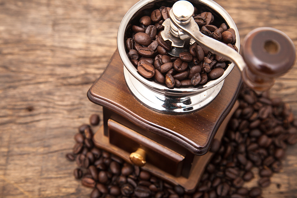 Consume at least cups of coffee per day: To get the maximum heath benefits of coffee, drinkers only need at least cups daily. Enjoy a coffee early morning to start a new day. The healthiest way is to grind the beans immediately before getting started preparation and then drink it quickly.