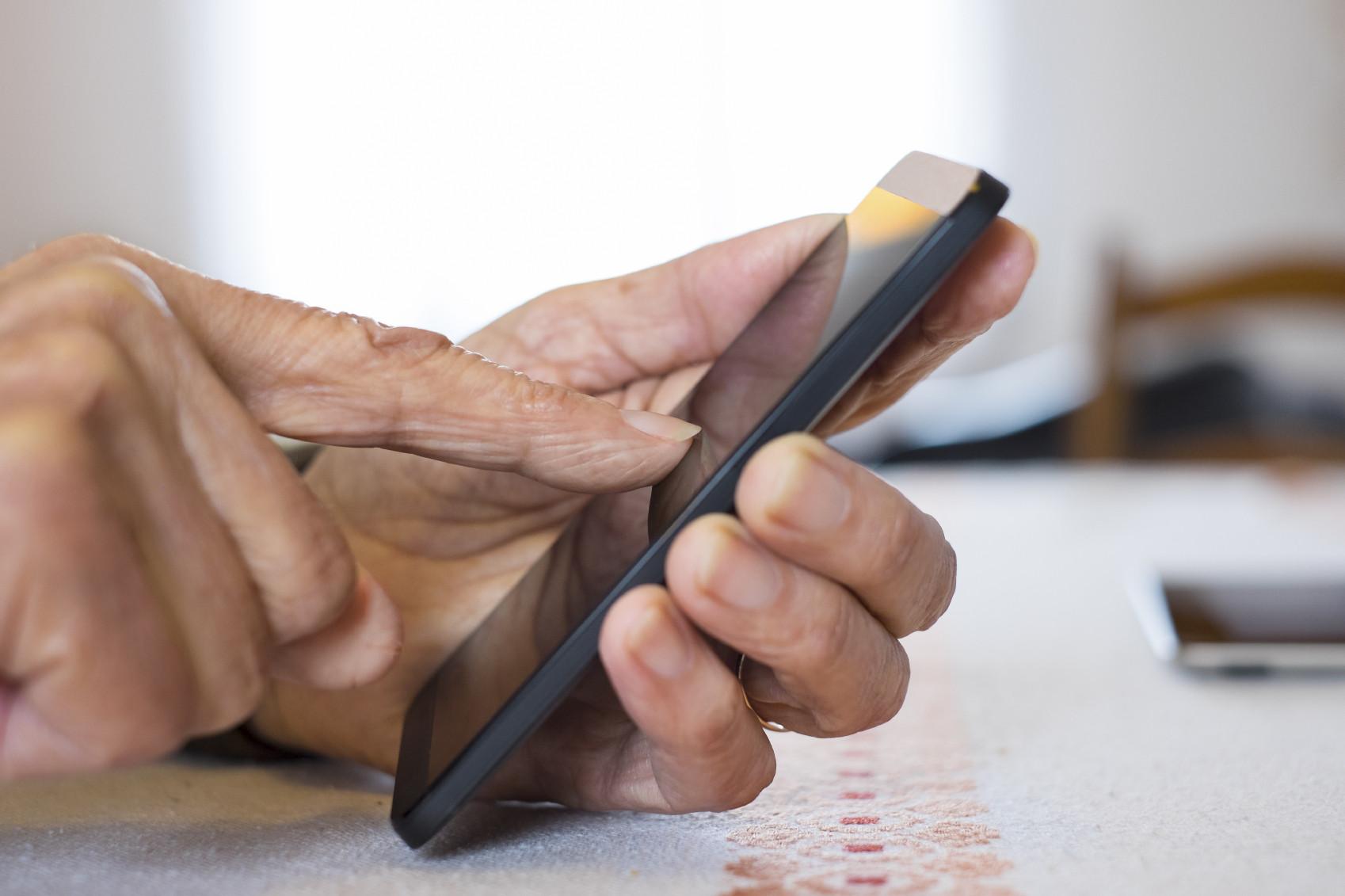 senior-cellphone-caregiveriStock_000044720314_Medium