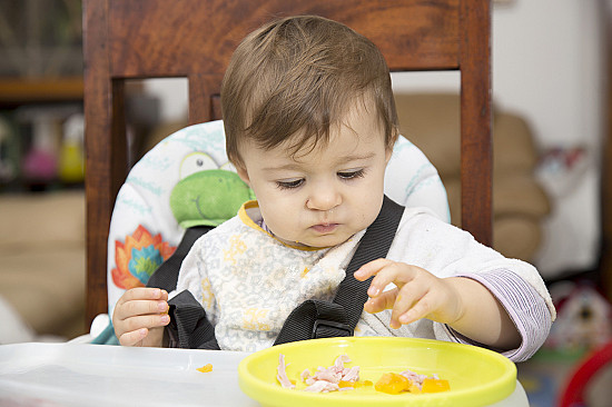 New study says that it's safe to skip the spoon and let babies feed themselves featured image